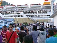 船からバンダ島に下船してくる人々
