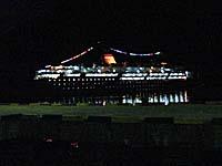 暗闇に浮かぶンガプル号の全貌