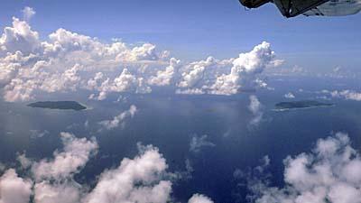 機上から見下ろしたアイ島とルン島