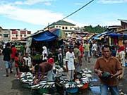 市場の入口。所狭しとみせをだす。