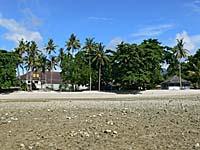 干潮の時の宿のプライベートビーチ