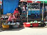 海辺に並ぶ魚の屋台