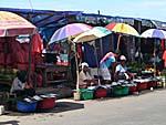 海辺に並ぶ魚売り屋台