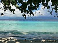 リアン海岸の木陰からセラム島を望む