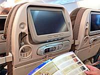 シンガポール航空 A380の読書灯がディスプレイの下に備え付けてある