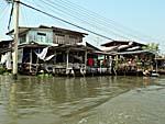 運河上に建つ集落