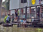 船着き場で貯まる子供