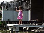 ツアーボートに手を振る子供
