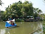 運河でできた池とボート