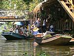運河沿いに飲食店と売店がたくさん