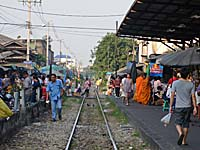 駅のはずれ:線路を行き交う人々