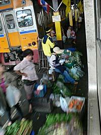 マハーチャイ駅の野菜売り
