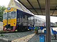 バーンレム駅に待機する観光デコ列車