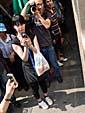 カメラを構えて待ちかまえる観光客(日本人)