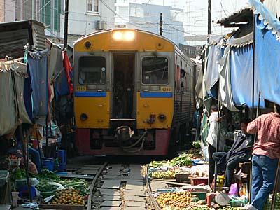 何事もなかったかのように市場を突っ切る列車
