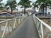 運河にかかる橋をわたる。