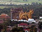 竜のオブジェが印象的なお寺