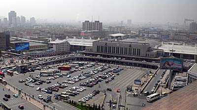 大連のラマダプラザホテルの部屋から大連駅の眺め