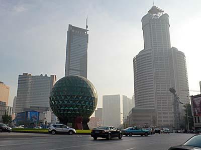 大連中心部。ごく近くの建物も霞んでいる。