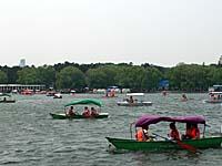南湖公園でボートにのる人々
