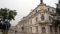 旅順市場前にあるレトロな建物。学校だったそう。