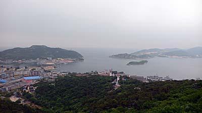 白玉山塔から眺めた旅順港。天然の要塞という言葉が的を得ています。