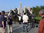 馬の銅像。禁止なのにみんなまたがる