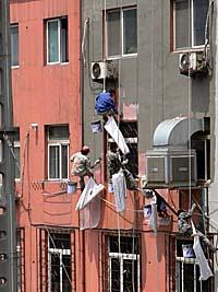 壁の塗り替えをする職人