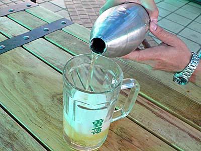 ハルビンのビアガーデンで砲弾ビールを飲む。