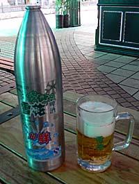 砲弾入りの雪花生ビールとジョッキ