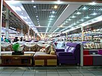 中東大市場の家具売り場。ニトリの2倍以上の床面積。