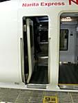 成田エクスプレス。東京駅の連結作業で車掌室と客席入口が開いている