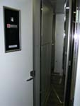 扉が車両最後部2階の車掌室にあがる階段側で閉められる。