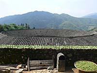円楼と干し野菜の光景