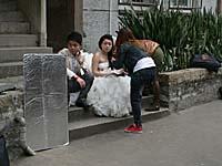 結婚写真を撮るカップル