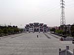 梵天寺の入口広場