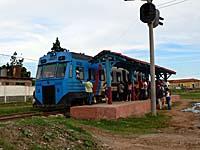 トリニダー駅とローカルディーゼル列車