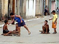 手作りスケボーで遊ぶ子供。