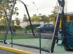 バッティングセンターで遊ぶ子供