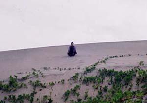 砂丘にヤンキー座り