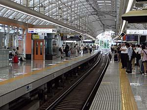 京成日暮里駅ホーム よく見ると曲がっている。