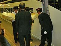 成田空港で運転士と車掌に花束贈呈