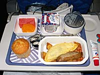 機内食の朝食のもう一方はオムレツ