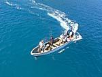 海上に漂う送迎船