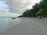 朝方はほとんど人気がないビーチ