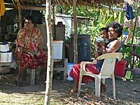 日陰でくつろぎながら挨拶をしてくれる村民