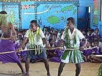 狩りの儀式を見立てた歌と踊りを疲労する男子生徒