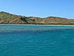 ナズラ島を沖から望む。