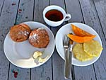朝食の揚げパンとフルーツ