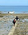 引き潮なので海上の道を歩く